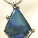 Pendente in oro bianco, opale e diamanti