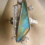Anello in oro bianco, opale e diamanti