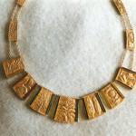 Girocollo in oro puro con elementi sbalzati e granulazione