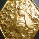 Spilla in oro puro sbalzata con granulazione